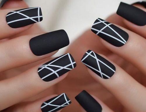با لاک سفید و مشکی ناخن هایتان را طراحی کنید